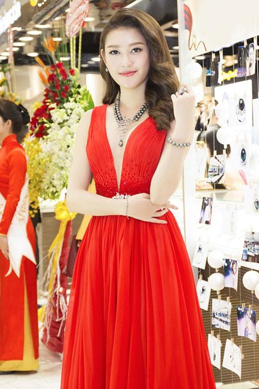 Sắc đỏ ruby rực rỡ cùng dáng váy xòe xếp li điệu đà, nữ tính làm tôn lên làn da trắng cùng vẻ kiêu sa cho Huyền My.