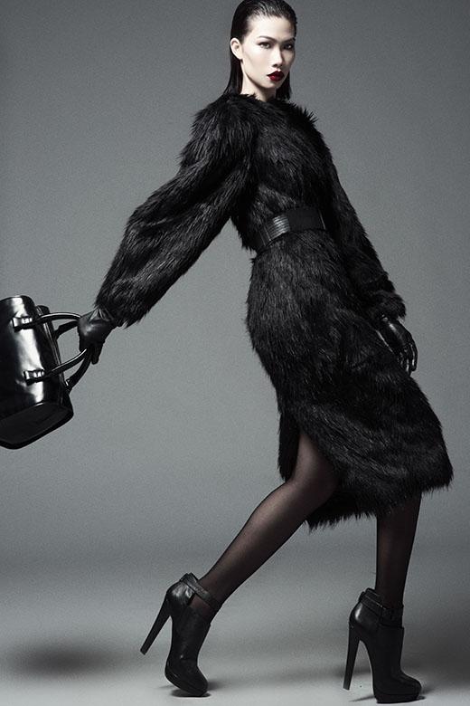 Với bộ váy được thực hiện trên nền chất liệu lông hợp mốt trong mùa Thu - Đông. Chân dài gốc Cần Thơ mang đến những động tác di chuyển mềm mại, uyển chuyển, hòa quyện đến từng chi tiết.