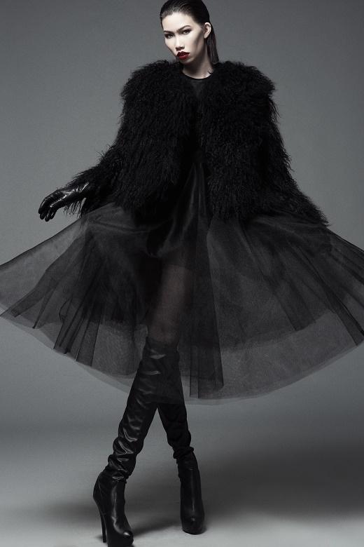 Sự kết hợp lạ mắt giữa áo khoác lông cùng chiếc váy xòe bên trong thực hiện trên nền chất liệu xuyên thấu gợi cảm. Thiết kế được chồng nhiều lớp vải đã tiết chế sự táo bạo và mang đến vẻ ngoài thanh lịch, chừng mực hơn.