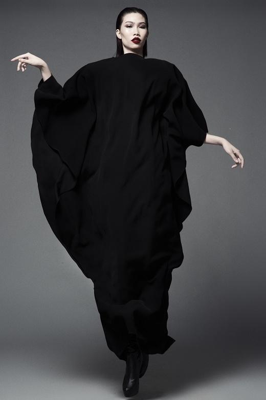 Cô nàng khéo léo giấu đi thân hình mảnh khảnh trong chiếc váy dài suông rộng. Thiết kế này từng được Đỗ Mạnh Cường trình làng trong show diễn kỉ niệm 5 năm làm nghề tại Việt Nam với tên gọi The Muse - Nàng thơ.