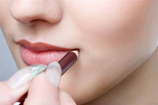 Kẻ viền môi. Sử dụng chì để kẻ đường viền môi sẽ làm cho son môi lâu trôi hơn. Màu chì không cần thiết phải hợp với màu son môi, bạn có thể sử dụng chì màu nude. Một cách khác để làm cho son môi bền màu là dùng chì kẻ phủ toàn bộ môi để tạo một lớp lót, tương tự như cách mà bạn chuẩn bị một bức tường trước khi sơn.