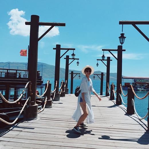 Quỳnh Anh Shyn hào hứng tung tăng thăm thú Nha Trang