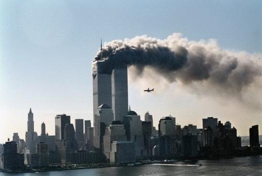 Hình ảnh Tòa tháp đôi đang bị khủng bố tấn công