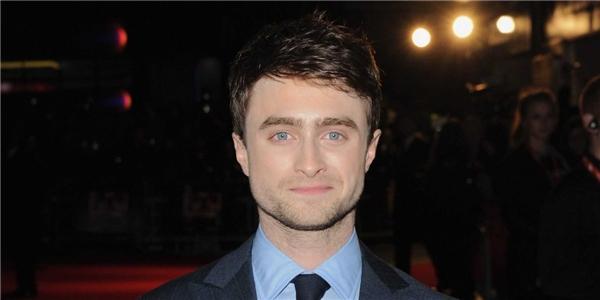 Harry Potter có thể là một học sinh ưu tú tại trường Hogwarts, thế nhưng Daniel Radcliffe thì lại có một trải nghiệm hoàn toàn khác tại trường trung học West London. Sau khi tham gia vào các lớp diễn xuất và xuất hiện dày đặc trên truyền hình, cộng với lịch trình bận rộn, nam diễn viên đã quyết định bỏ học. Mặc dù chuyển sang học gia sư, thế nhưng Daniel đã tiết lộ rằng anh không giỏi trong chuyện học hành: Tôi kiểu như là loại vô dụng vậy. Tôi nhận thấy là nó cực kì, cực kì khó.