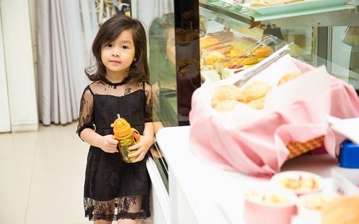 Cô bé hơn 3 tuổi này sở hữu đôi mắt trong veo cùng nụ cười tỏa nắng. - Tin sao Viet - Tin tuc sao Viet - Scandal sao Viet - Tin tuc cua Sao - Tin cua Sao