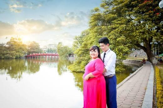 Hồ Gươm là điểm đến lí tưởng để chụp ảnh cưới của TùngvàMai.