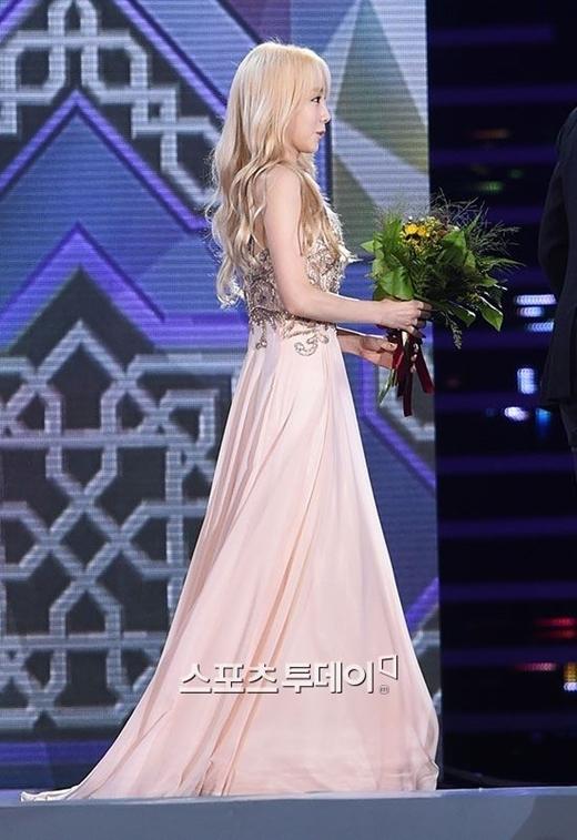 Taeyeon lộng lẫy như công chúa nhận giải Nữ hoàng nhạc phim
