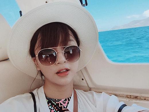 """Cô nàng còn không quên khoe tấm ảnh tự sướng ngồi trên tàu với dòng chú thích đầy tự hào: """"Bức ảnh tự chỉnh màu đẹp nhất trong đời""""."""