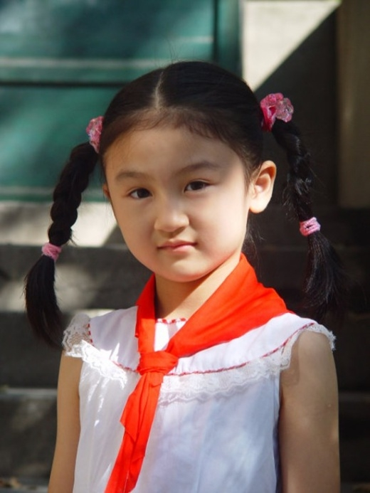Sinh năm 2001, Lục Tử Nghệ đóng phim từ khi lên 4 tuổi và nhanh chóng vươn lên hàng ngôi sao nhí triển vọng trên màn ảnh Hoa ngữ. Cô bé không chỉ chinh phục cảm tình khán giả bởi lối diễn xuất tự nhiên mà còn nhờ gương mặt xinh xắn, đáng yêu.