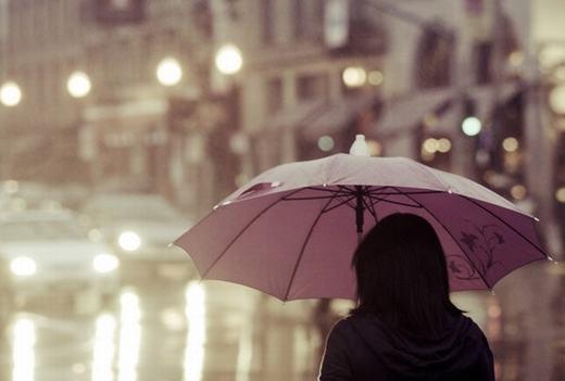 Không nên che dù khi trời mưa dông, bởi nguy cơ bạn bị sét đánh cũng rất cao. (Ảnh: Internet)