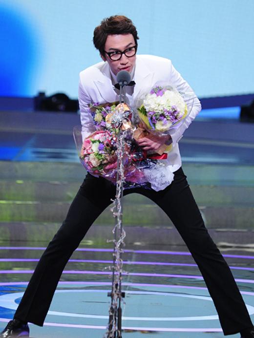 Cười sặc sụa với những đôi chân lịch thiệp của sao nam xứ Hàn