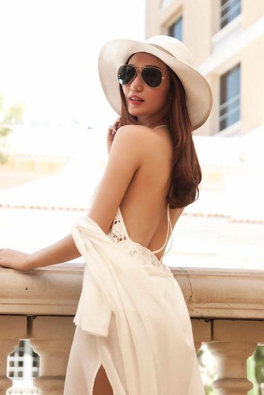 Với những cô nàng ưa chuộng vẻ ngoài gợi cảm thì chiếc váy cổ yếm xẻ sâu của Khánh My sẽ là một lựa chọn hoàn hảo. Chiếc mũ fedora đi kèm càng tôn lên nét điệu đà, duyên dáng nhưng không kém phần sang trọng cho các quý cô.