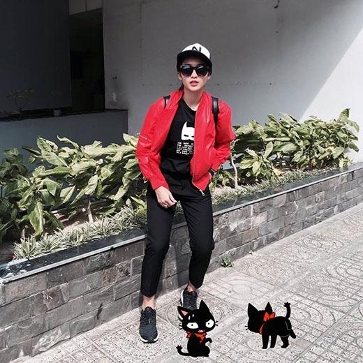 Hai hot girl đình đám Quỳnh Anh Shyn và Khả Ngân với hai màu sắc thời trang đường phố khác biệt: điệu đà và mạnh mẽ, cá tính.