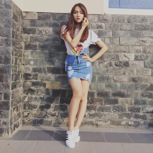 Hương Giang Idol trẻ trung với váy yếm một dây kết hợp áo phông trắng có họa tiết vui mắt.