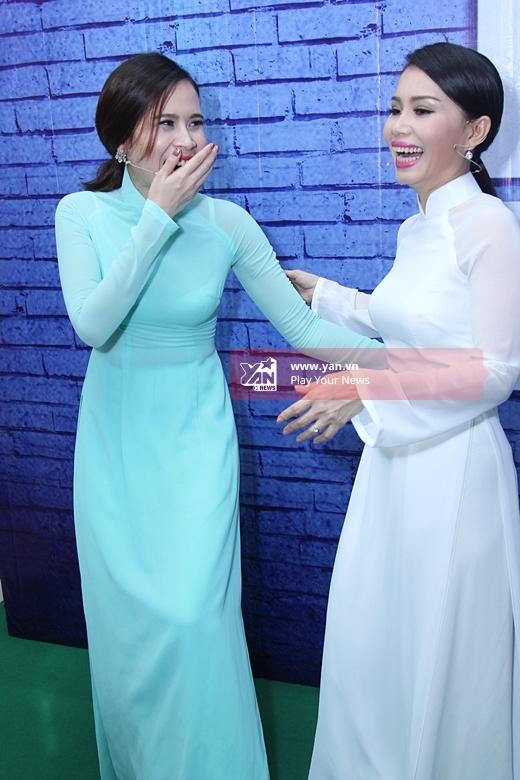 Cả 2 nữ HLV xinh đẹp của chương trình cùng nhau đọ dáng trong bộ áo dài truyền thống. - Tin sao Viet - Tin tuc sao Viet - Scandal sao Viet - Tin tuc cua Sao - Tin cua Sao