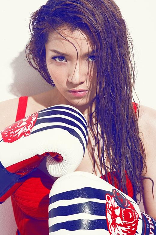 Kiểu trang điểm tự nhiên càng làm tôn lên sắc vóc cũng như những đường nét thanh tú trên gương mặt của nữ ca sĩ.