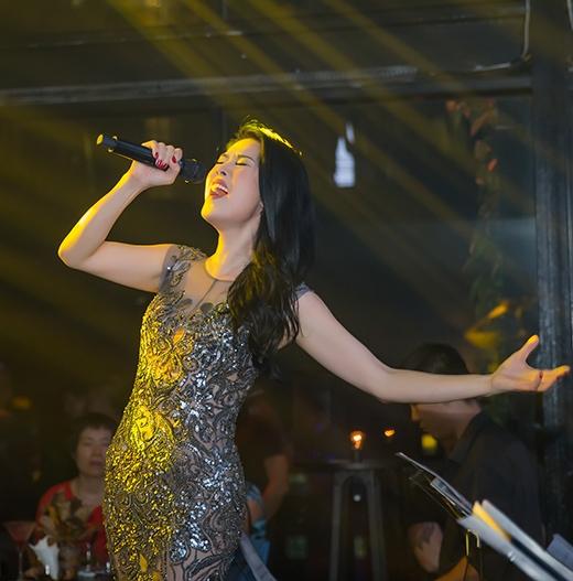 """Ở phần cuối của đêm nhạc, Thu Phương làm khán giả bất ngờ với những bản remix hấp dẫn: """"Yêu anh - Ngỡ đâu tình đã quên mình"""". Cô còn hát lại bản hit """"Nơi tình yêu bắt đầu"""" của Bằng Kiều và """"Nắm tay anh thật chặt"""" của Tuấn Hưng. - Tin sao Viet - Tin tuc sao Viet - Scandal sao Viet - Tin tuc cua Sao - Tin cua Sao"""