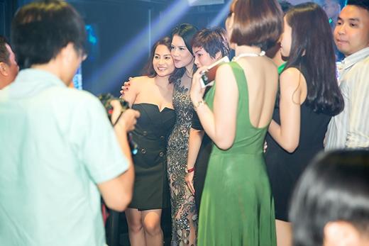 Hoa hậu Kỳ Duyên hạnh phúc khi Thu Phương ôm hôn - Tin sao Viet - Tin tuc sao Viet - Scandal sao Viet - Tin tuc cua Sao - Tin cua Sao