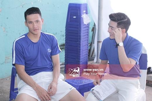 Công Vinh trao đổi kịch bản với MC của chương trình - Tin sao Viet - Tin tuc sao Viet - Scandal sao Viet - Tin tuc cua Sao - Tin cua Sao