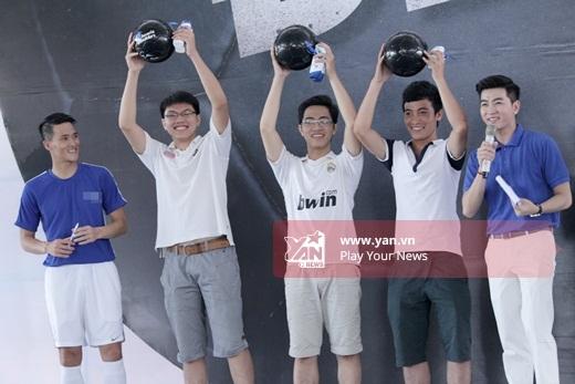 Những bạn chiến thắng trong thử thách nhận được một trái bóng đen có chữ kí của Công Vinh. - Tin sao Viet - Tin tuc sao Viet - Scandal sao Viet - Tin tuc cua Sao - Tin cua Sao