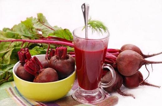 Củ dền cũng rất bổ máu. Bạn nên uống nước củ dền ít nhất 2 tuần một lần để duy trì số lượng tiểu cầu trong cơ thể.