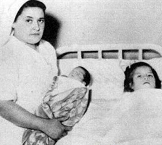 Một trong những bà mẹ trẻ nhất thế giới phải kể đến là cô gái Peru, sinh con khi mới 5 tuổi, vào tháng 4/1939.Ban đầu, người ta tưởng cô bé bị u ác tính. (Ảnh: Internet)