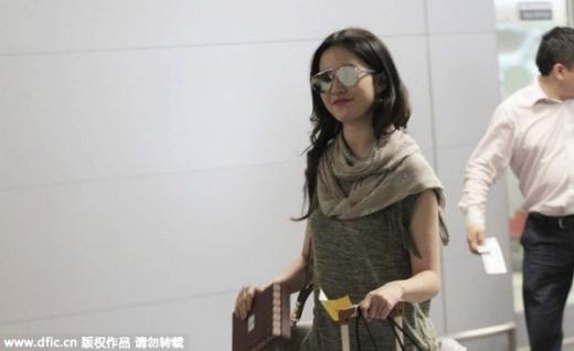 Lưu Diệc Phi và mẹ sành điệu nổi bật ở sân bay