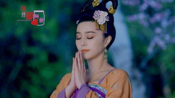 Trong cảnh quay cầu nguyện, Tưởng Linh trong Cổ Kiếm Kỳ Đàm do Trịnh Sảng thủ vai thì ngây thơ, đáng yêu. Còn vai Võ Mị Nương của Phạm gia lại xinh đẹp, thành thục.