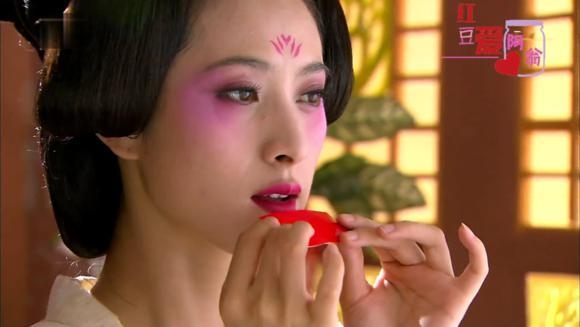 Trong cảnh quay trang điểm ấn tượng này, nhân vật Độc Cô Ninh Kha của Đường Yên xinh đẹp và tinh tế. Còn Tiêu Thục Phi do Tùy Tuấn Ba đóng trong Mộng Hồi Đường Triều lại có kiểu trang điểm mắt kì lạ kém xinh.