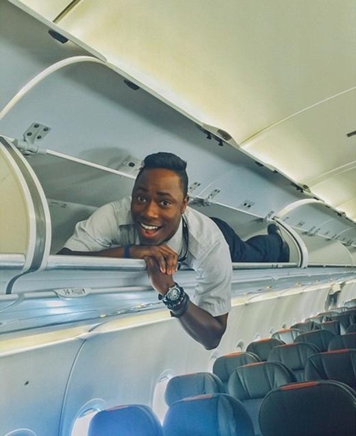 Tiếp viên hàng không rần rần với trào lưu nằm trong ngăn hàng lí