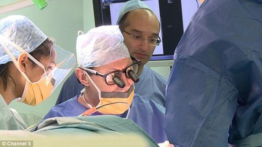 Sau hơn 35 giờ trên bàn phẫu thuật, Tambu đã có được một diện mạo mới bằng việc sử dụng phần thịt từ chân của mình.
