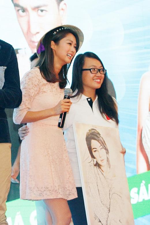 Hình ảnh Sầm Lệ Hương được fan tặng nón lá trong buổi fan-meeting.