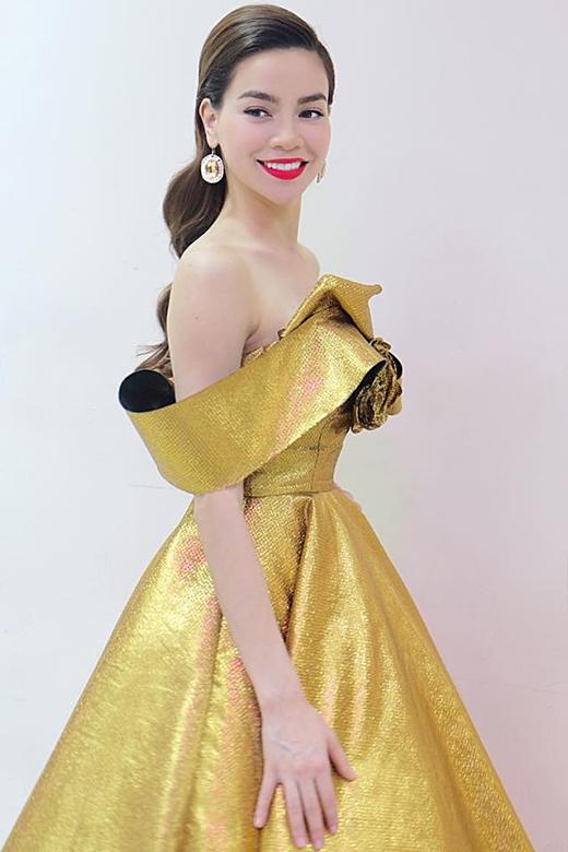 Cô lựa chọn kiểu trang điểm tự nhiên với điểm nhấn ở màu môi đỏ cùng mái tóc được uốn xoăn nhẹ nhàng.