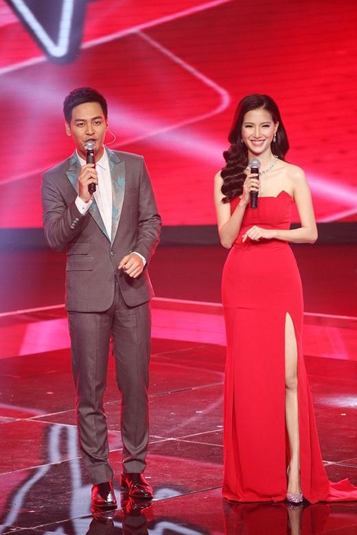 Cũng trên sân khấu này, MC Mỹ Linh không hề kém cạnh các đàn chị khi chọn thiết kế có tông đỏ nổi bật. Bộ váy khá đơn giản được tạo điểm nhấn bởi chi tiết dựng phom độc đáo ở ngực cùng đường cắt xẻ tinh tế.