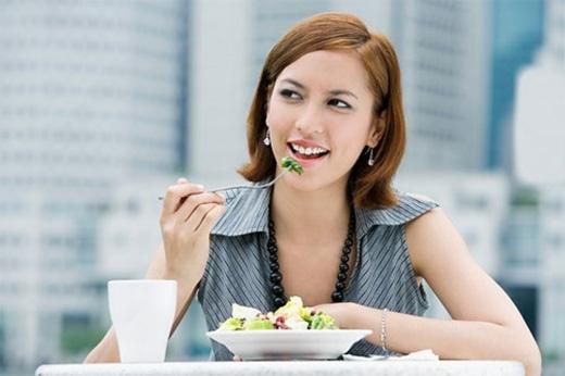 Ăn chậm, nhai kỹ.Nhai kỹ giúp bạn tiêu hóa tốt các thức ăn vì chúng được nghiền nhỏ hơn. Việc ăn chậm, nhai kỹ còn giúp bạn ăn ít hơn vì phải mất ít nhất 15 phút để não kết nối với cơ thể.