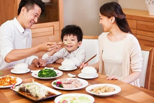 Ngồi thoải mái khi ăn uống.Khi đó, bạn sẽ có xu hướng ăn chậm hơn để tận hưởng những gì đang ăn và ăn ít hơn. Khi đứng, bạn sẽ ăn nhanh hơn, tiêu thụ nhiều calo hơn và không nhận ra mình đã no tới mức nào.