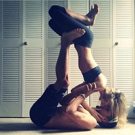 Những động tác yoga không những giúp cơ thể dẻo dai, khỏe khoắn mà còn giúp hai người thêm gắn bó, hiểu nhau hơn.