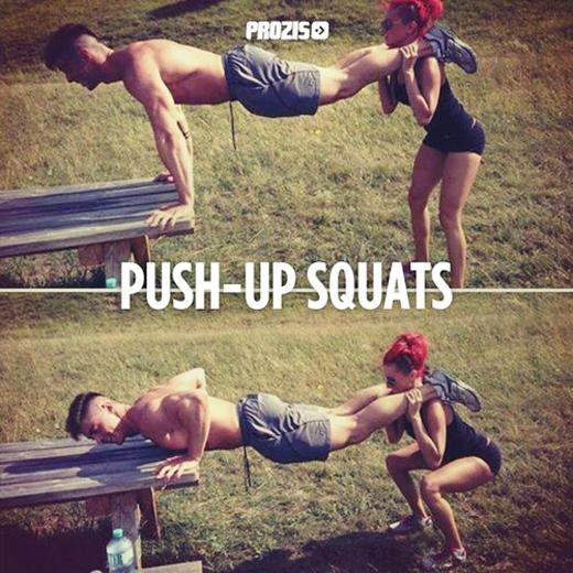Bài tập squat làm săn cơ sẽ rất dễ thực hiện nếu như có hai người cùng hỗ trợ nhau.
