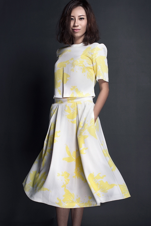 Với những cô nàng yêu thích sự điệu đà, kín đáo, bộ trang phục phối hợp giữa áo cổ lọ ngắn cùng chân váy chữ A xếp li kì công sẽ là một lựa chọn tuyệt vời. Thiết kế khá đơn giản được tạo điểm nhấn bằng họa tiết in chìm tạo cảm giác đổ bóng lạ mắt. Đây cũng là phương pháp mà nhiều nhà mốt trên thế giới đang tích cực lăng xê cho các thiết kế Thu - Đông năm nay.