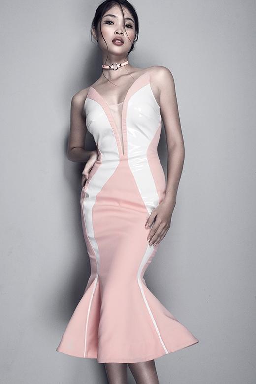 Ngoài kiểu dáng tinh tế, chiếc váy đuôi cá ngắn tông hồng pastel còn ghi điểm nhờ chi tiết đan cài đối xứng hai bên ngực áo. Thiết kế này sẽ giúp các quý cô tỏa sáng trong những đêm tiệc sang trọng bởi vẻ gợi cảm vốn có.
