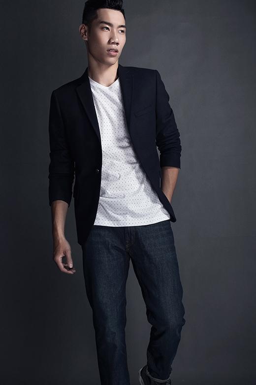 Hình ảnh những chàng trai thanh lịch nhưng vẫn năng động, trẻ trung trong bộ trang phục kết hợp quần jeans, áo phông và áo vest.