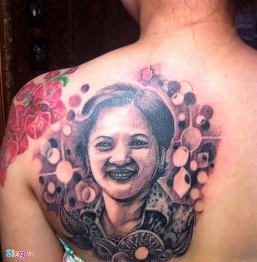 Cận cảnh hình xăm chân dung người mẹ quá cố của Mỹ Linh khiến nhiều người cảm động. (Ảnh Zing)