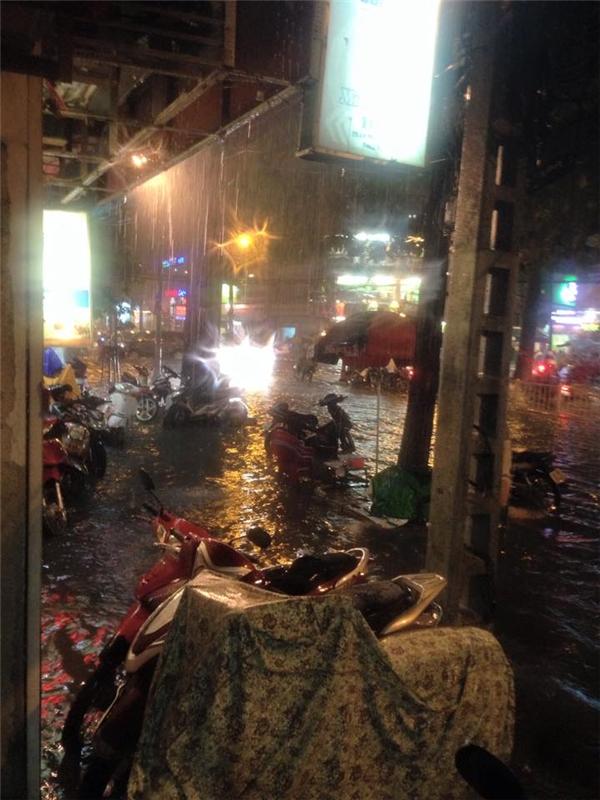 TP. HCM: Mưa lớn gây ngập đường và kẹt xe kinh hoàng