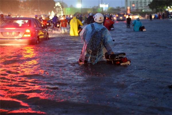 Mưa ngập lên tới yên xe tại đường Nguyễn Hữu Cảnh. Ảnh: TTO