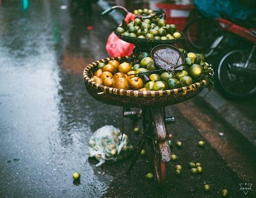 Gánh hàng rong ngày mưa buồn