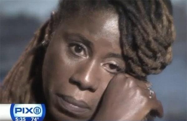 Nữ nhân viên ngân hàng vẫn không thể giấu những giọt nước mắt sợ hãi.