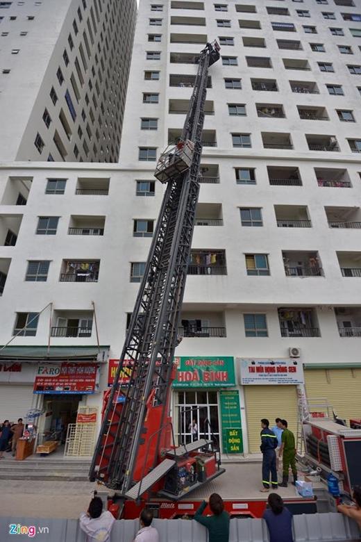 Cháy tại chung cư Linh Đàm, nhiều người mắc kẹt