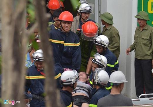 Một người dân bị ngạt khí được đưa xuống đất.