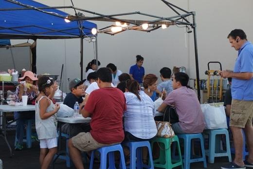 Không chỉ có người Việt xa xứ mà nơi đây dần trở thành địa điểm yêu thích của các vị khách thuộc sắc tộckhác như Âu, Phi và các nước châu Á... Họ đến đây, ngồi lề đường thưởng thức món Việt và hòa mình vào giai điệu nhạc Việt… dần dần, họ trở thành một phần không thể thiếu của chợ đêm Little Saigon lúc nào không hay.(Nguồn: Internet)