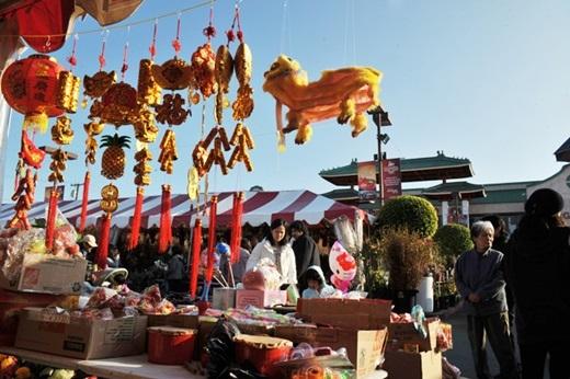 Little Saigon vốn đã luôn đông vui, náo nhiệt, và cứ độ gần Tết Nguyên đán - một trong những dịp lễ quan trọng nhất ở khắp châu Á và đối với người Việt, thì nơi đây lại càng nhộn nhịp hơn trong sắc đỏ bắt mắt.(Nguồn: Internet)